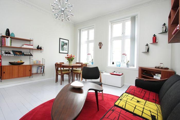 Eine Kleine Wohnung Mit Retro Deko Essecke Mit Vier Stühlen, Kleiner  Ausgefallener Tisch, Gepolstertes