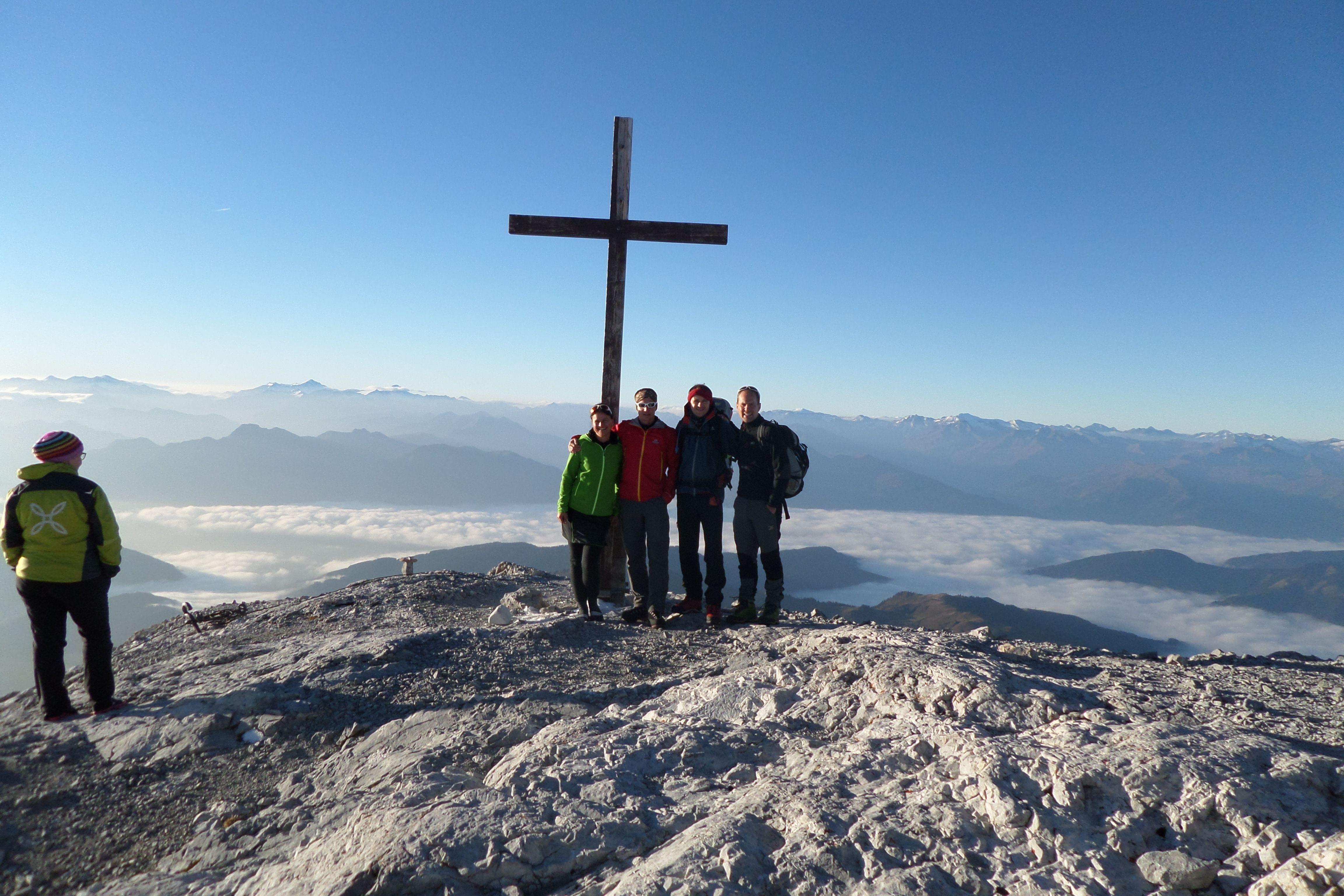 Klettersteig Hochkönig : Das #bergsport ausrüster team beim fotoshooting am gipfelkreuz