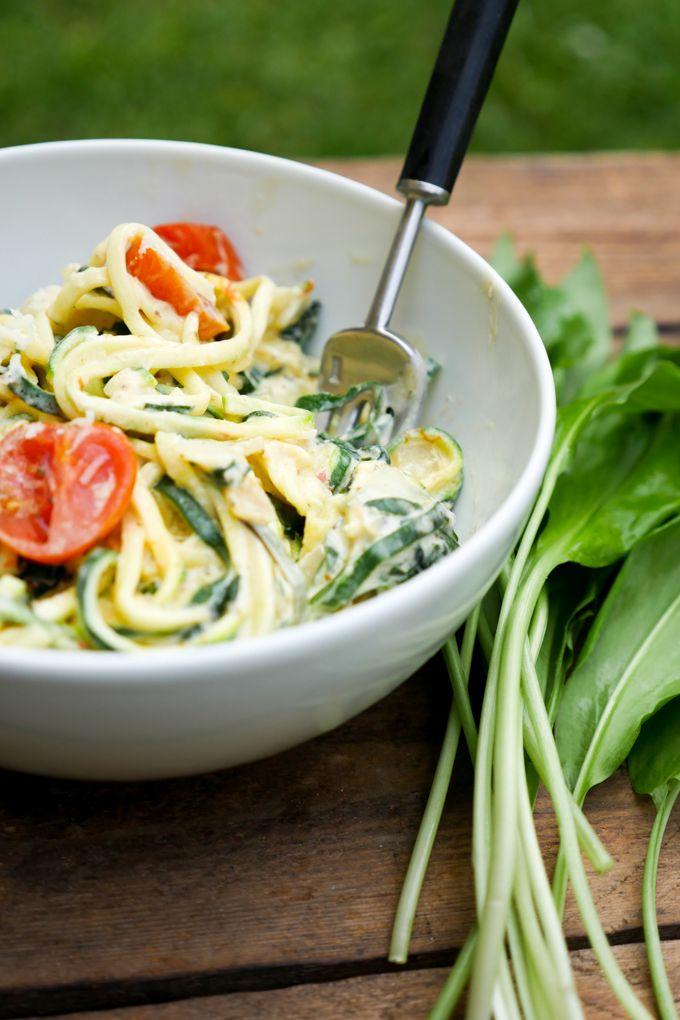 rezept f r low carb zoodles mit b rlauch und tomaten essen und trinken zucchini nudeln. Black Bedroom Furniture Sets. Home Design Ideas