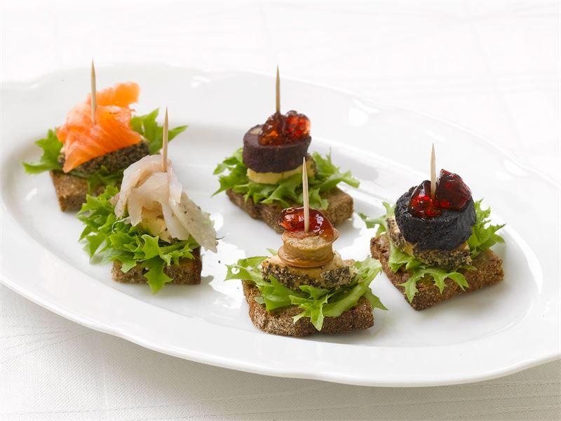 Herrasväen makkara-juustoleivät ja Graavikala-juustoleivät maistuvat buffet-pöydässä.