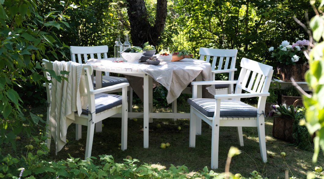 Muebles de jard n blancos en un cenador jardin - Cenador de jardin ...