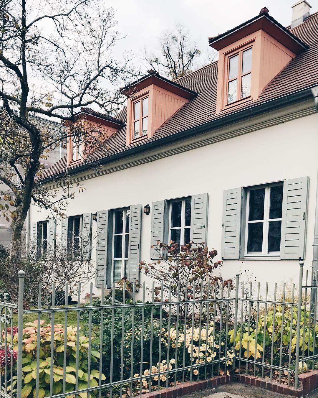 """Villa Peng on Instagram: """"Mein absoluter Favorit, denn so ähnlich stellen wir uns die Villa Peng auch eines Tages vor: Grau-weiße Fassade, blau-grüne Fensterläden…"""""""