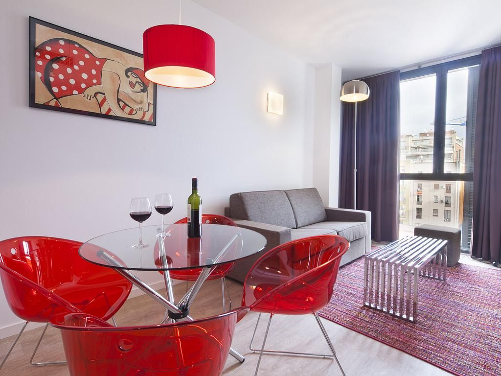 Comedor en apartamento de particular: Silla Gliss, Lámpara de pie New, Banco Steel Bench, Mesa Round Table.