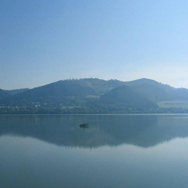 Prírodné zrkadlo. 🌳🌊🌲 #niekdenaliptove #zrkadlo #voda #sky #water #nature…