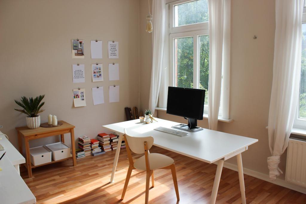 gro es helles arbeitszimmer mit sch nem holzsdielenboden in hamburger altbau homeoffice. Black Bedroom Furniture Sets. Home Design Ideas