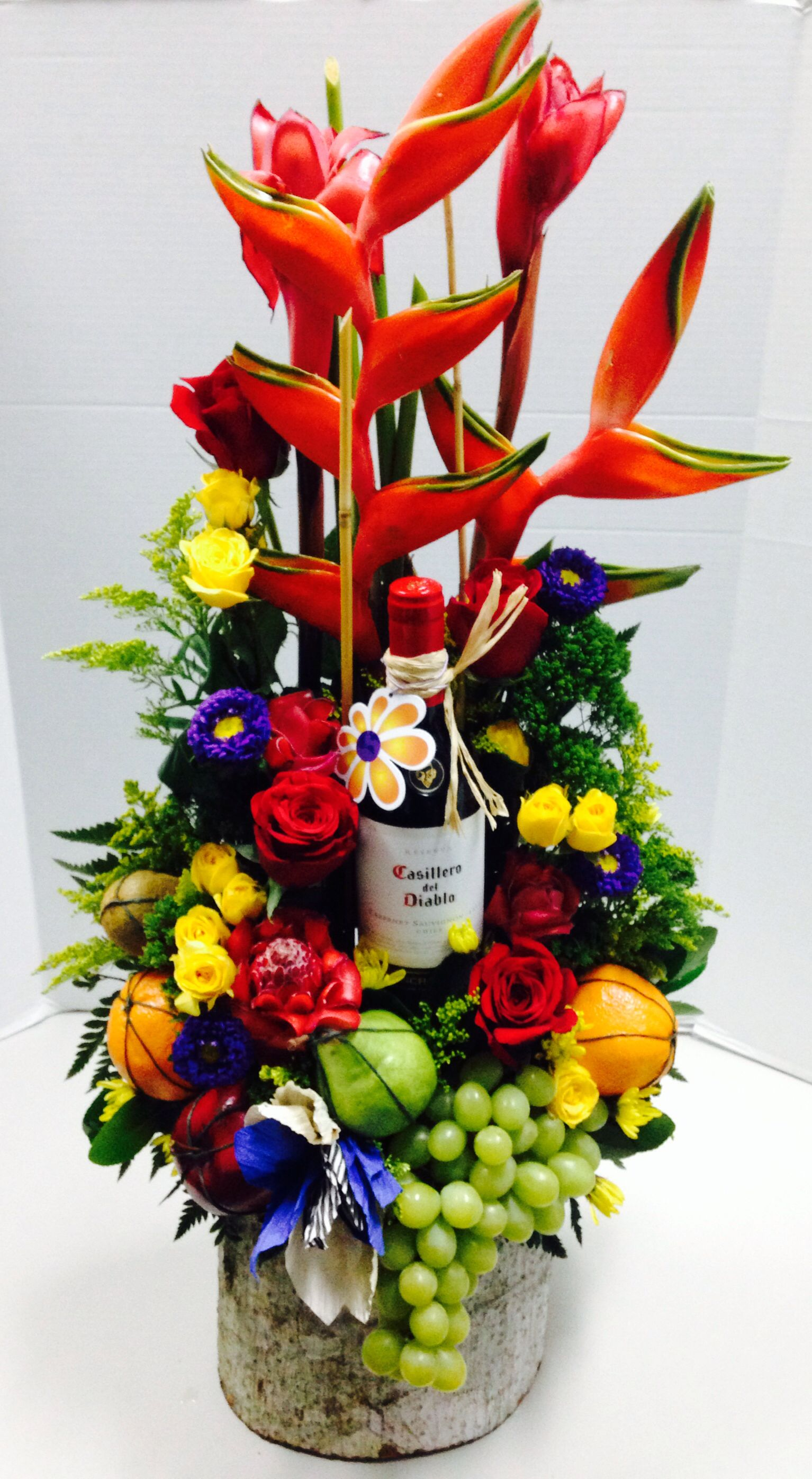 Arreglo Para Caballero Con Flores Frutas Y Vino Diseno By Global