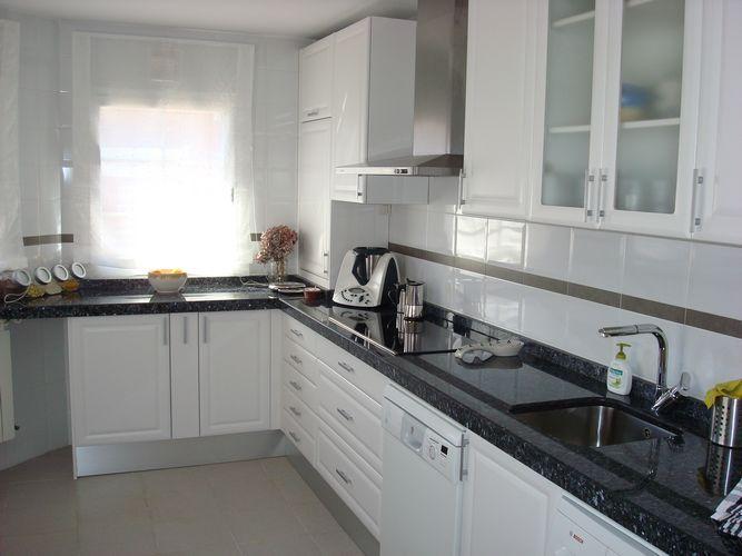 Dise o de cocinas dise o de cocinas en aravaca cocina - Cocina encimera negra ...
