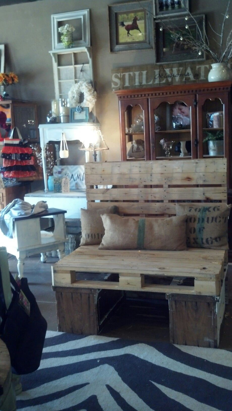 Pallet bench for display sitting area~what a great idea for the husbands to have a place to rest while the wives are shopping in my booth. Could even be assembled @Sarah Jarrett the day of! ; )