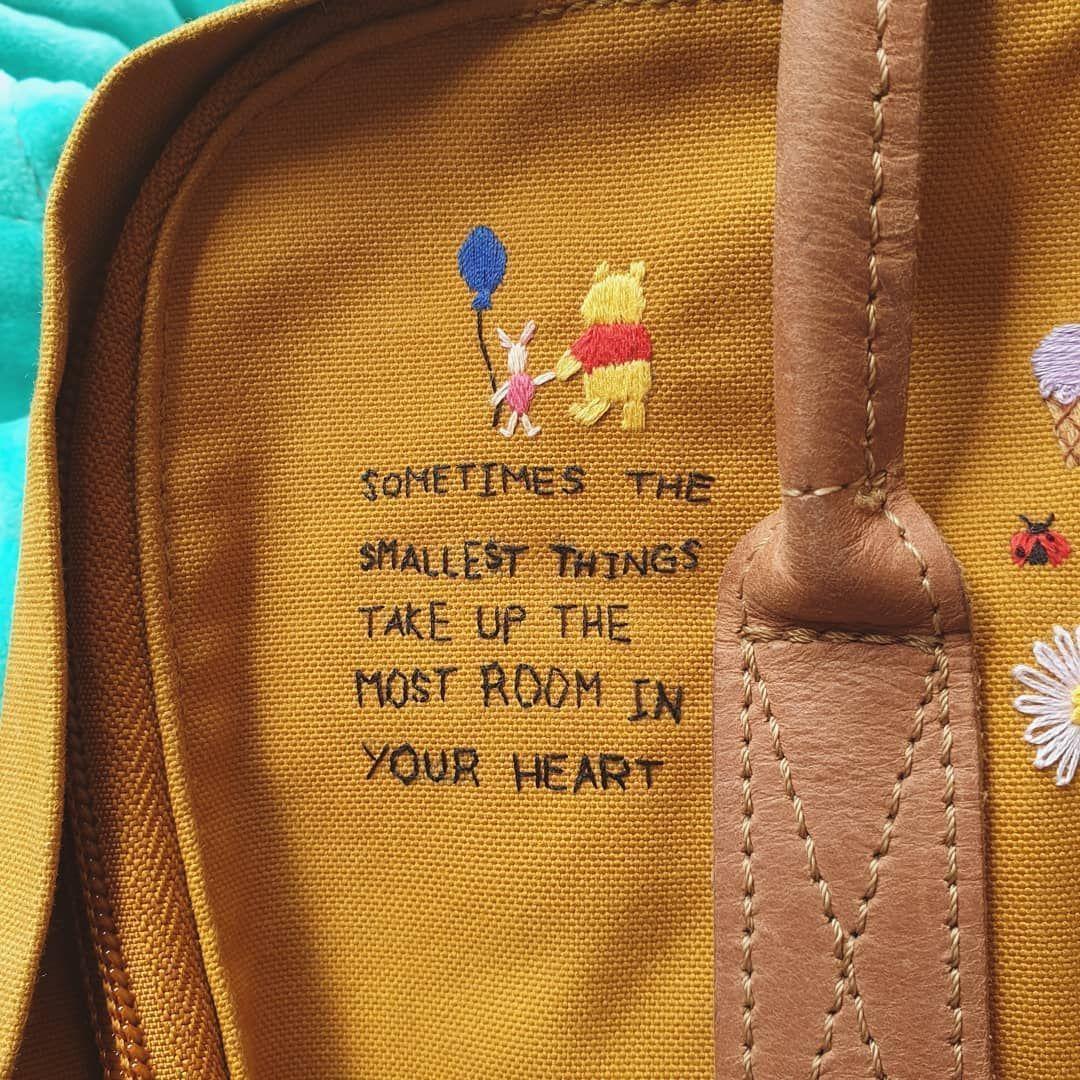 Broderie de citation de Winnie l'ourson sur mon sac à dos jaune Kanken #embroider … – Sticken