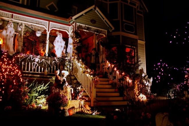 frighteningly fun Halloween decorating ideas for your front yard