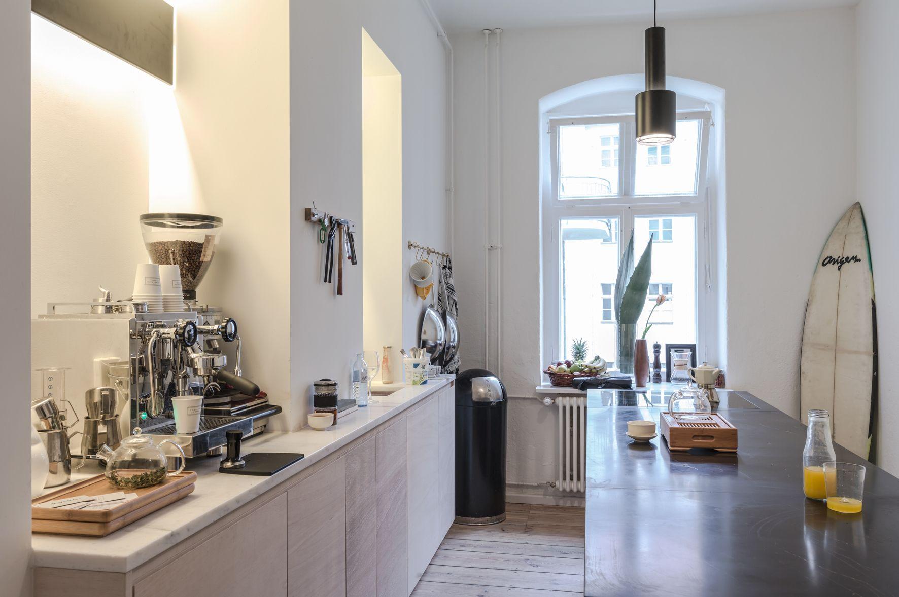 Photo 6 Of 9 In Freunde Von Freunden And Vitra S Berlin Apartment Kleine Wohnung Kuche Wohnung Kuche Und Freunde Wohnung