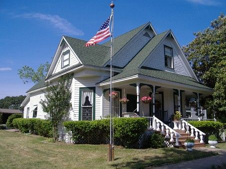 Queen Anne Victorian In Ennis Texas Victorian Homes Victorian Style Homes Old Houses