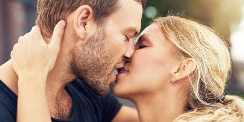Mindestens 100 000 Küsse verteilt ein Mensch im Laufe seines Lebens – und verbringt mit dieser wunderschönen Nebensache rund 77 Tage seines Daseins. Wieso ein Kuss so wahnsinnig gute Laune macht, verraten wir hier.