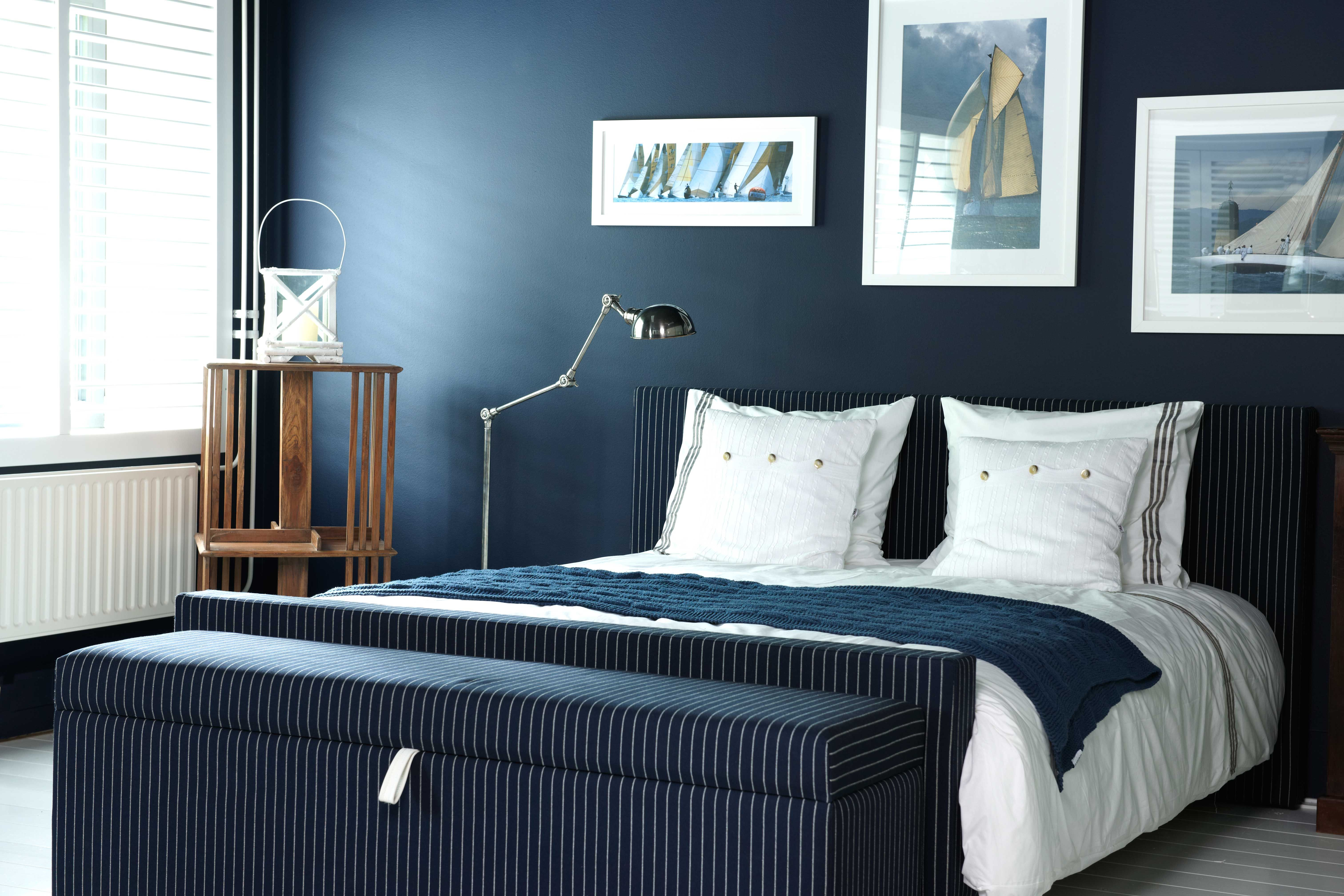 Slaapkamer in statig donkerblauw met krijtstreep