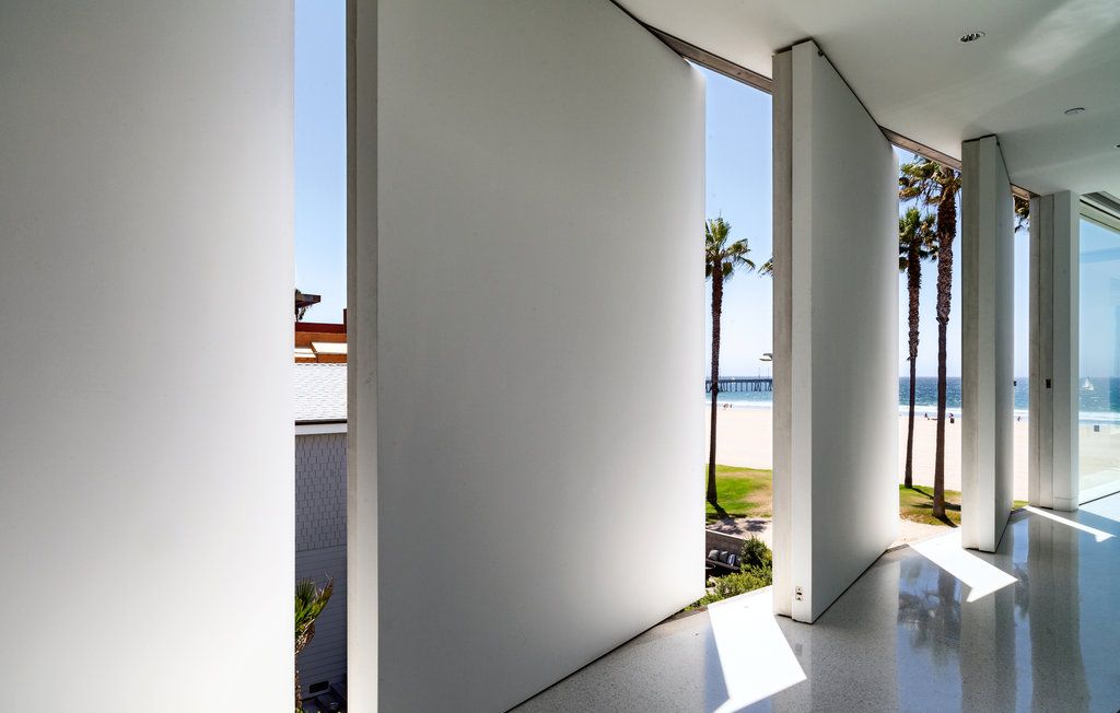 The Flip-Flop House takes its name from a row of interlocking doors that open & The Flip-Flop House takes its name from a row of interlocking ... pezcame.com
