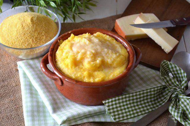 """La polenta concia è un tipico piatto della regione Valle D'Aosta, conosciuto anche col nome di """"polenta grassa"""". La preparazione prevede una base di farina di mais e l'aggiunta di Fontina Valdostana D"""