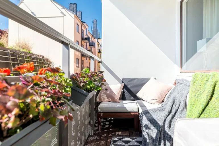 Canapé en velours et design scandinave dans un appartement sixties – PLANETE DECO a homes world