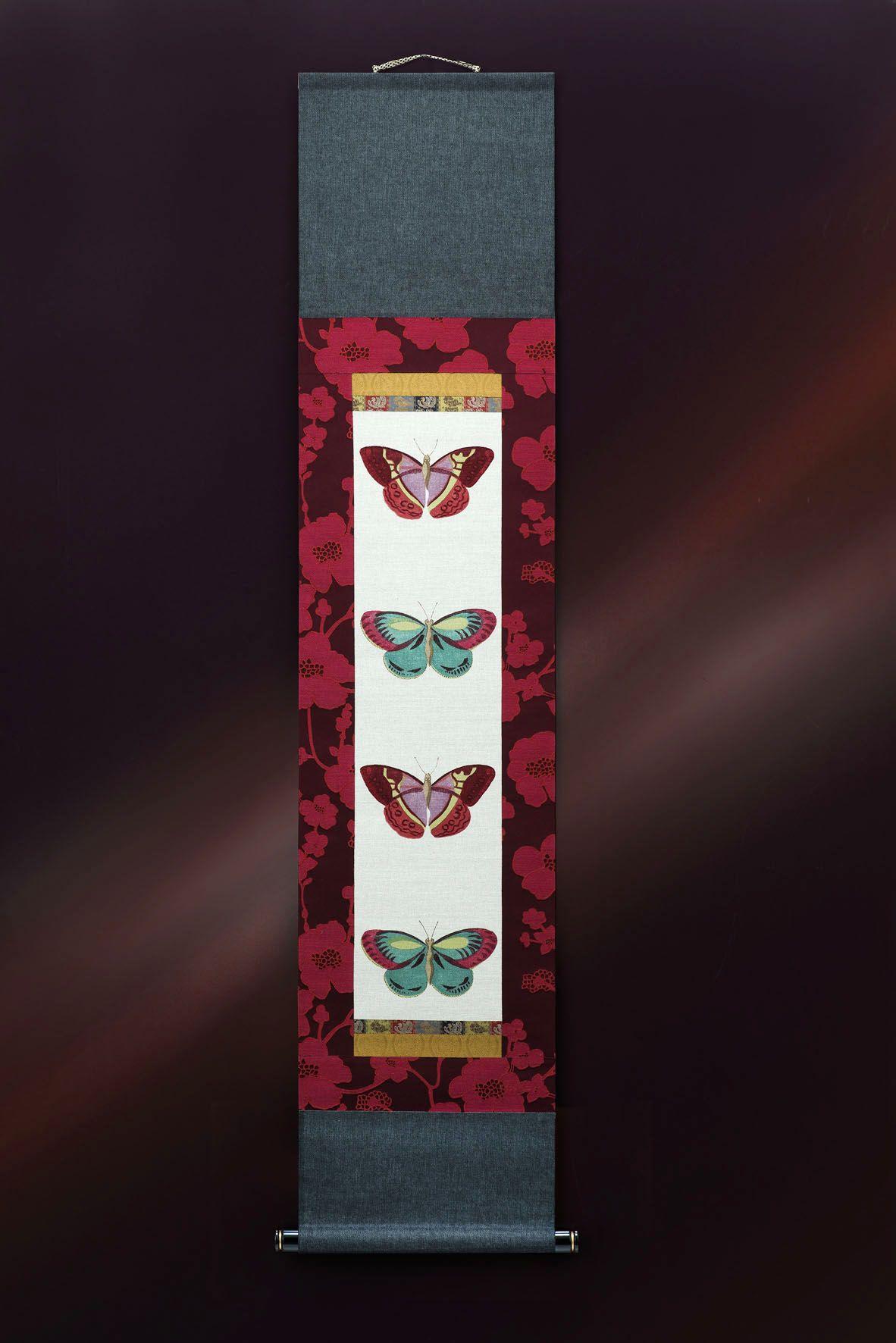 日本伝統の掛軸がヨーロッパの耽美なスタイルで甦る 芥子の花と四匹の蝶 伝統的な掛軸の表装仕立ては守りながら 従来の既成概念を壊すことから考えました たまたまイタリア製の耽美な雰囲気の芥子の花 木の葉蝶をイメージしたファブリックに出会い これをモチーフ