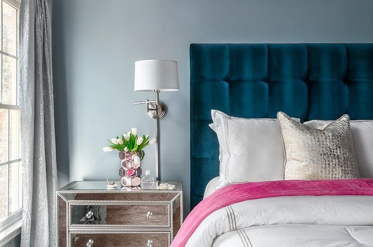 Blue velvet tufted headboard decoraci n departamentos for Cortinas departamentos pequenos
