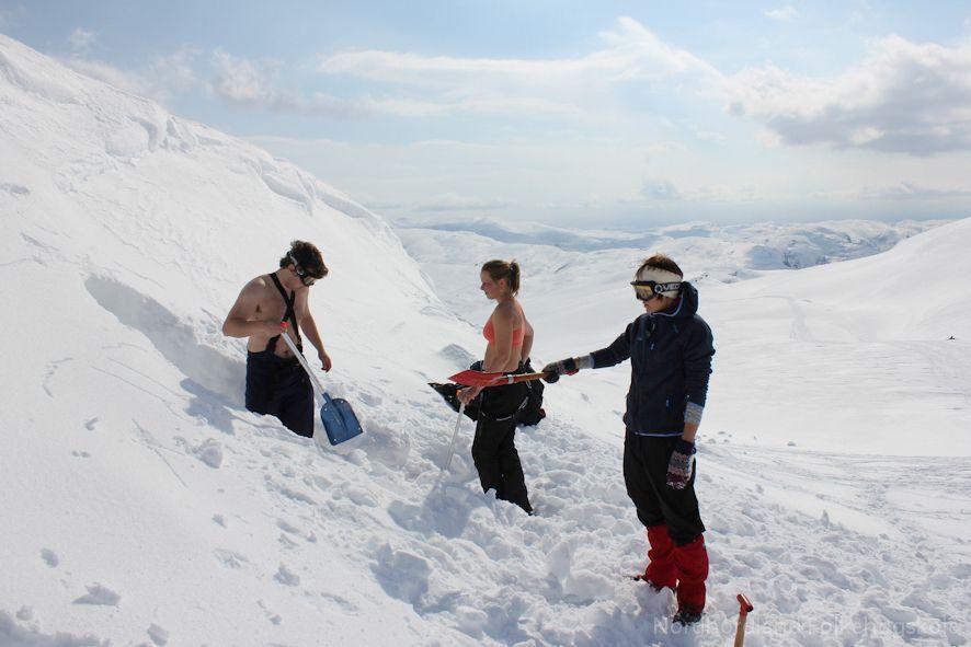 Nordhordland Folkehøgskole. Snøhuletur. Living in th snow.