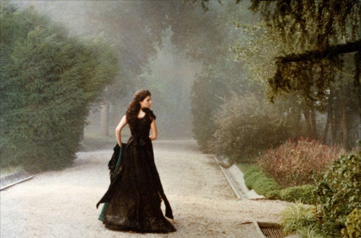 Le destin d'Edith, l'un des personnage central de la saga des Crèvecoeur d'Antonia Medeiros, ressemble à cette image tirée d'un film de Visconti. Elle fuit vers un destin que la jeune fille naïve et romantique fantasme mais que la femme sensuelle et dangereuse refusera.