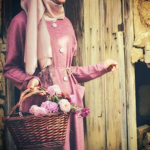 كلما كانت المرأة واثقة من نفسها كلما كانت ملابسها بسيطة فهي لا تحتاج زي و مكياج مهرج ليلاحظ الناس وجودها Long Sleeve Dress Victorian Dress Fashion