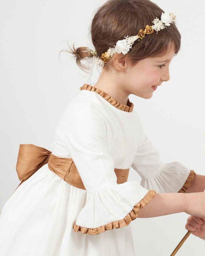 6ba3e0075 Vestido de ceremonia para niña modelo Rita en otomán y manga campana. Fajín  de tablas con lazos y ribetes de cuello y mangas en shantung cobre.
