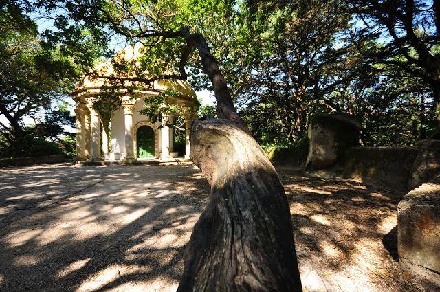 Alto de Santo Antonio- parque da Pena. No local foi construído, segundo um projeto do pai de D. Fernando II, o Templo das Colunas, miradouro, hoje envolvido pela densa vegetação do parque e de onde se podia desfrutar uma das mais belas vistas sobre o Palácio.