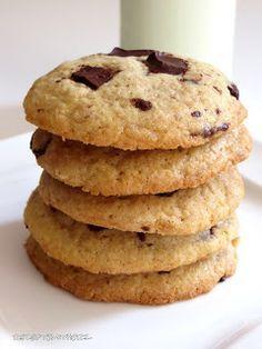 Richtig gute amerikanische Chocolate Chip Cookies sind etwa fingerdick, reichlich beladen, aussen knusprig und innen saftig-weich.  Hier hab...