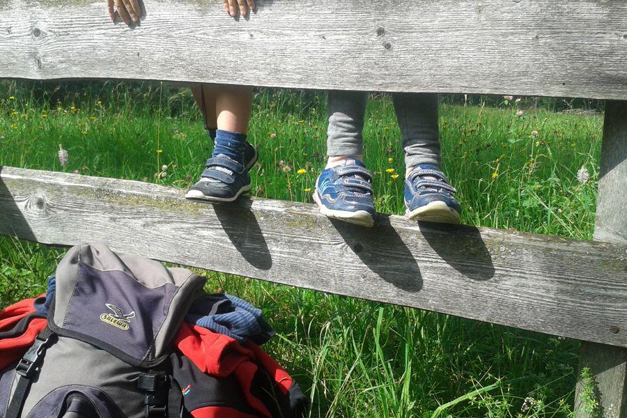 Diese Kinderfüße sind ideal zu wandern in Südtirol. Flick und geschickt bewegen sie sich über Stock und Stein