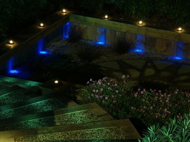 Blaue Lichter Am Zaun Im Garten Gartenbeleuchtung Aussenbeleuchtung Garten Stufen