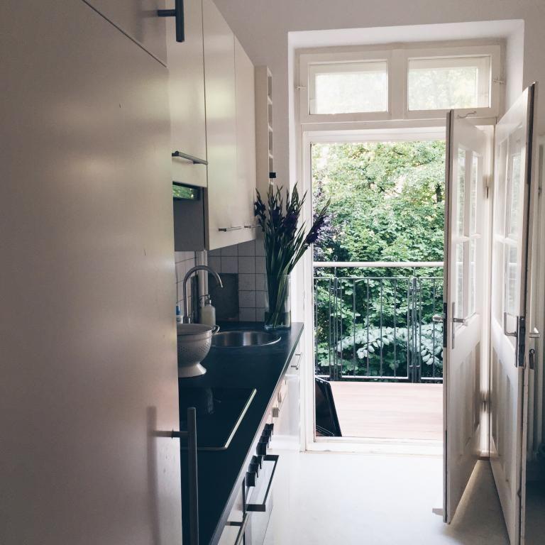 Moderne Küche mit Balkon ins Grüne - Wohnung in München Sendling - moderne kuche