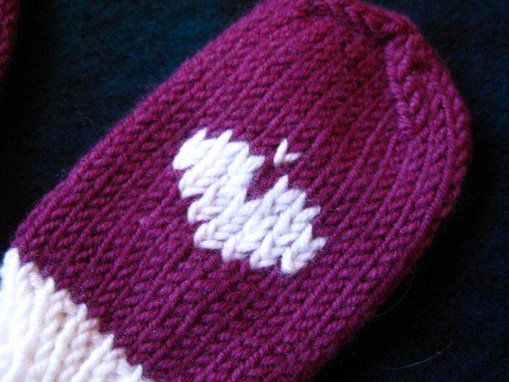 Herz auf Gestricktes sticken | Baby handschuhe stricken ...