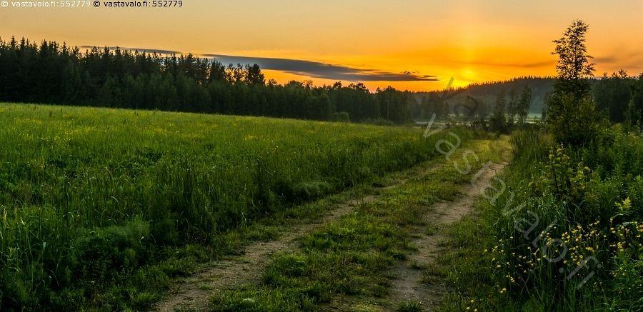 Kuva: Mökkitie - auringonlasku kajo painua mailleen vaara pelto ...