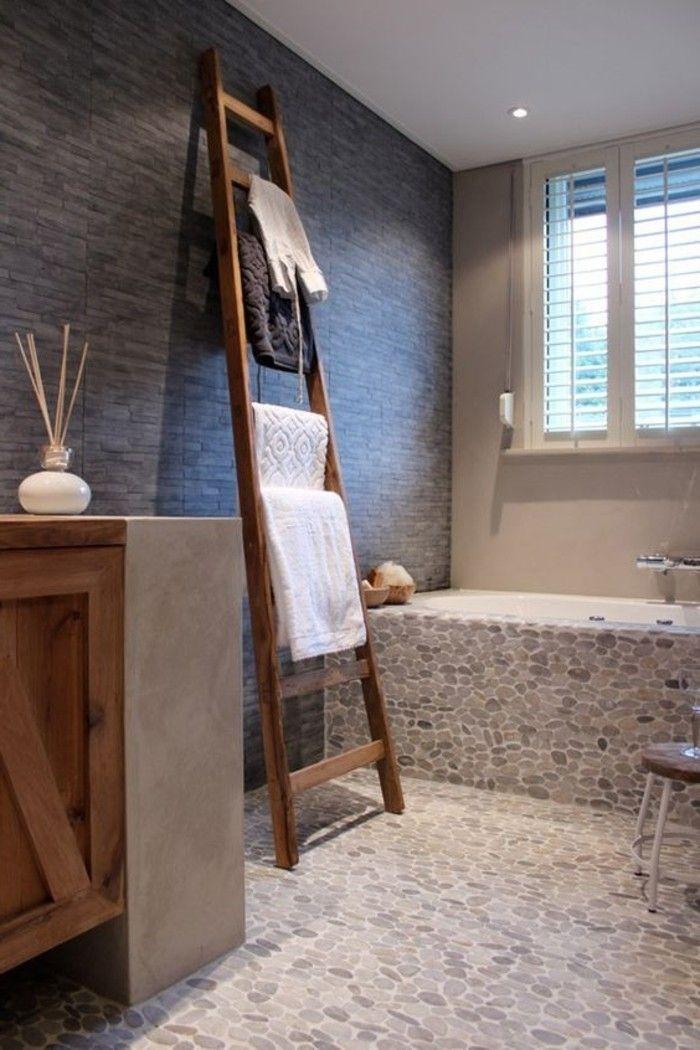 carreaux mosaique imitant cailloux sur le sol dans la salle de bain - Mosaique Sol Salle De Bain
