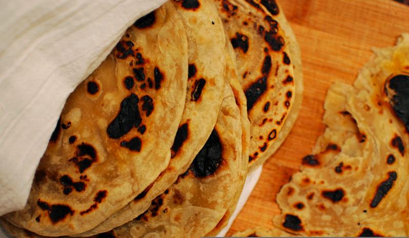 El chapati es un tipo de roti (pan indio plano).  los chapatis se pueden utilizar enrollados para coger un bocado de algún plato cocinado.  Los hindúes estrictos sólo pueden tocar la comida con la mano derecha, al considerar la izquierda una mano sucia, también según las constumbres indias, sólo se debe llevar a la boca un trozo de comida apropiado, sin morder los alimentos. por tanto para poder comer un chapati es necesario previamente trocearlo, sólo con la mano derecha, de manera que se…