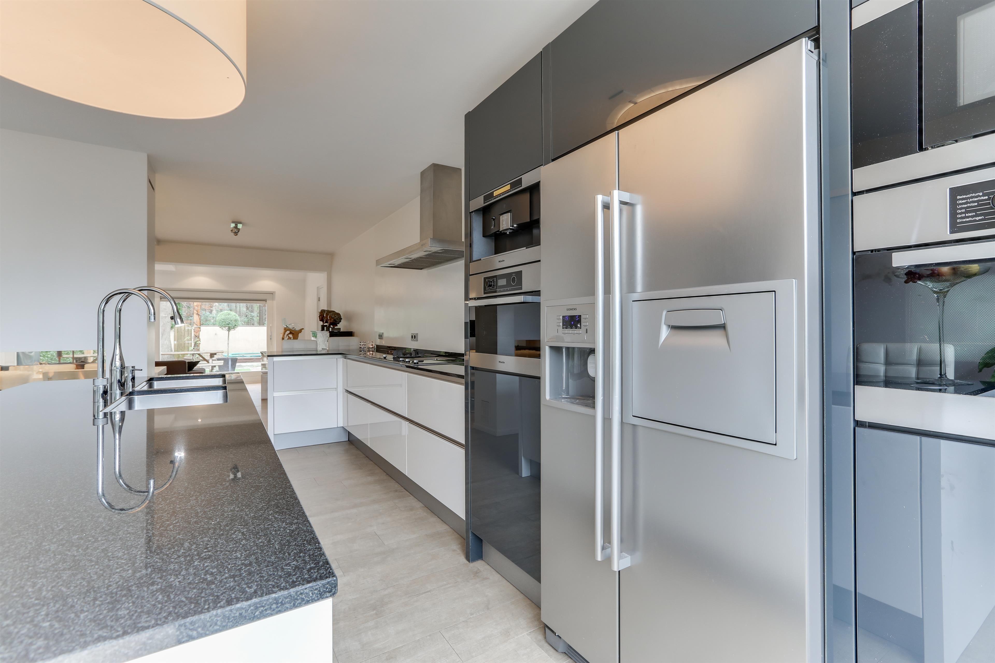 Luxe Design Keuken : Luxe design keuken met spoeleiland en hoogwaardige inbouwapparatuur