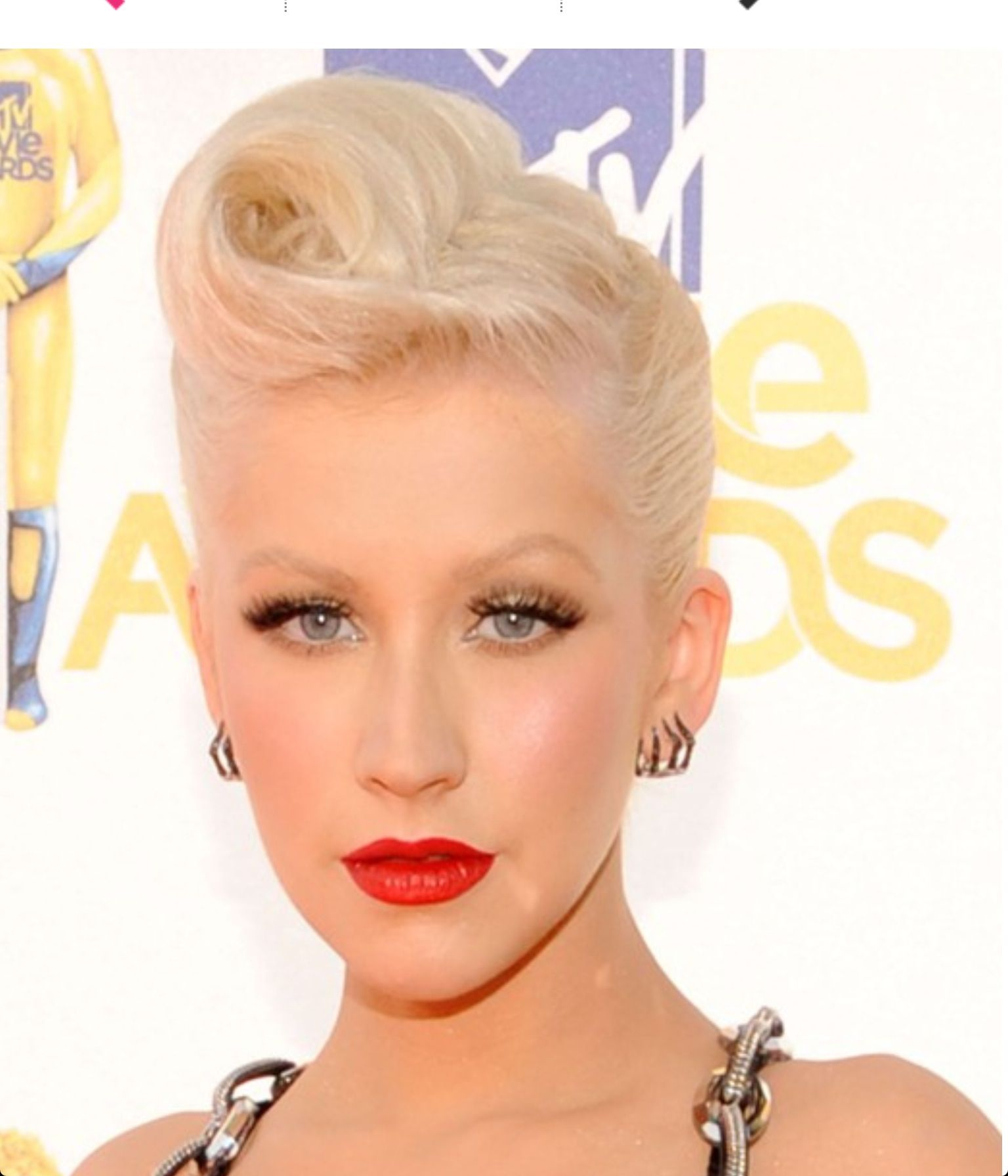 2019 year look- Aguilera Christina short 40s hairstyle pictures
