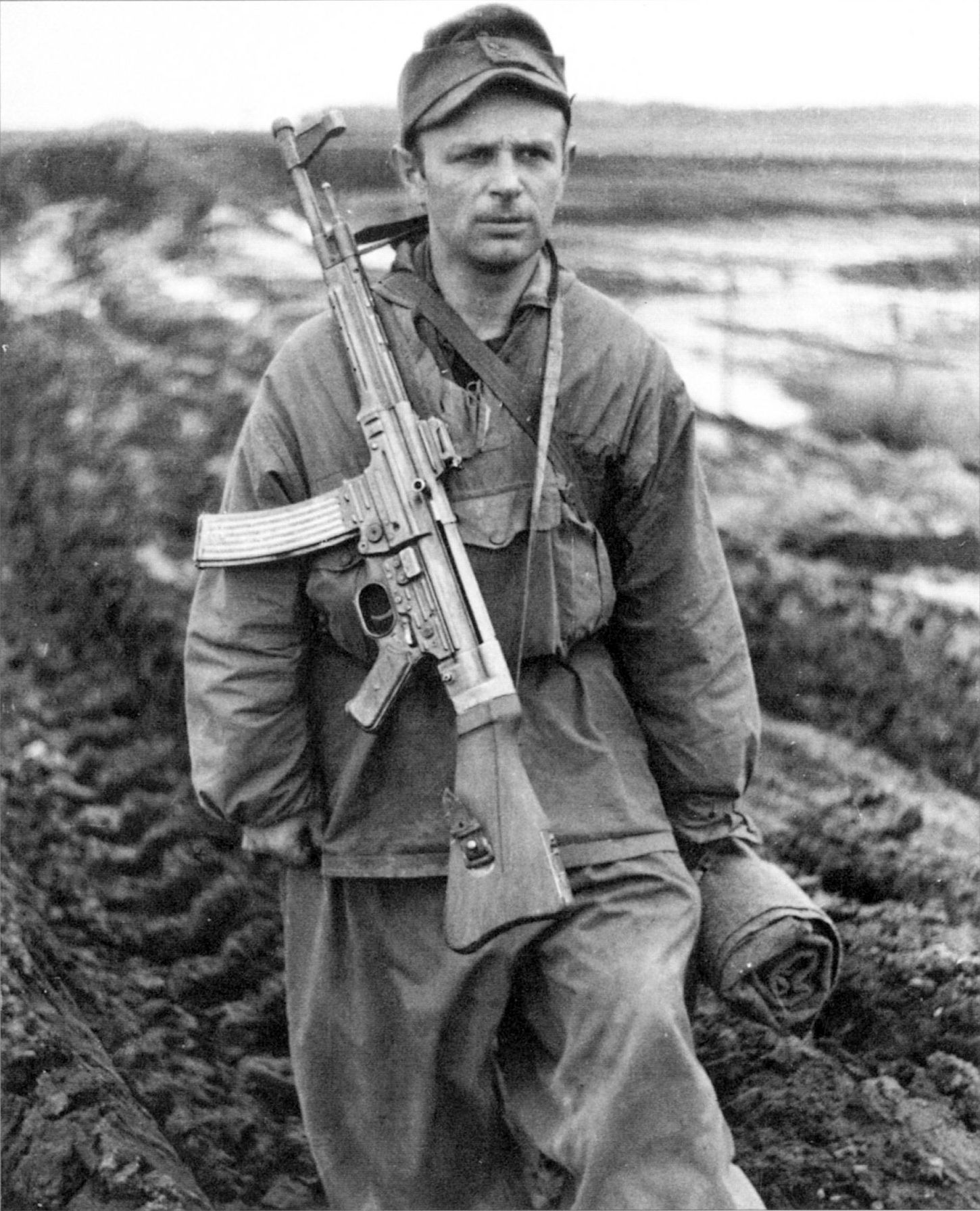 Photo German soldier is carrying an StG-43-44 Sturmgewehr assault rifle.
