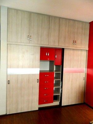 Closet en color gris cenizo con puertas corredizas e for Closet con puertas corredizas