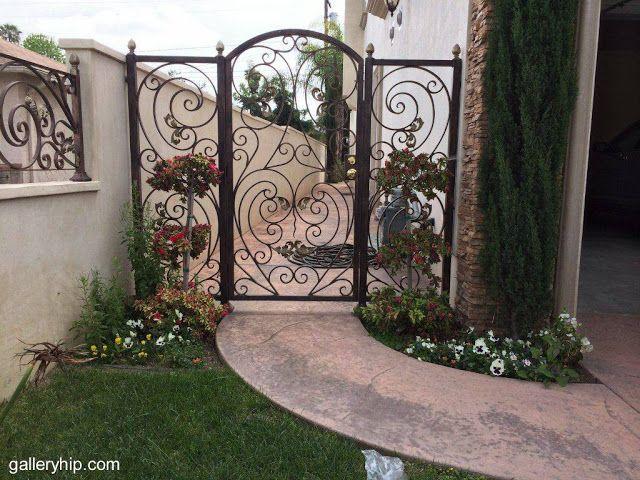 Arquitectura de casas puerta de reja decorativa en una for Puertas decorativas para interiores