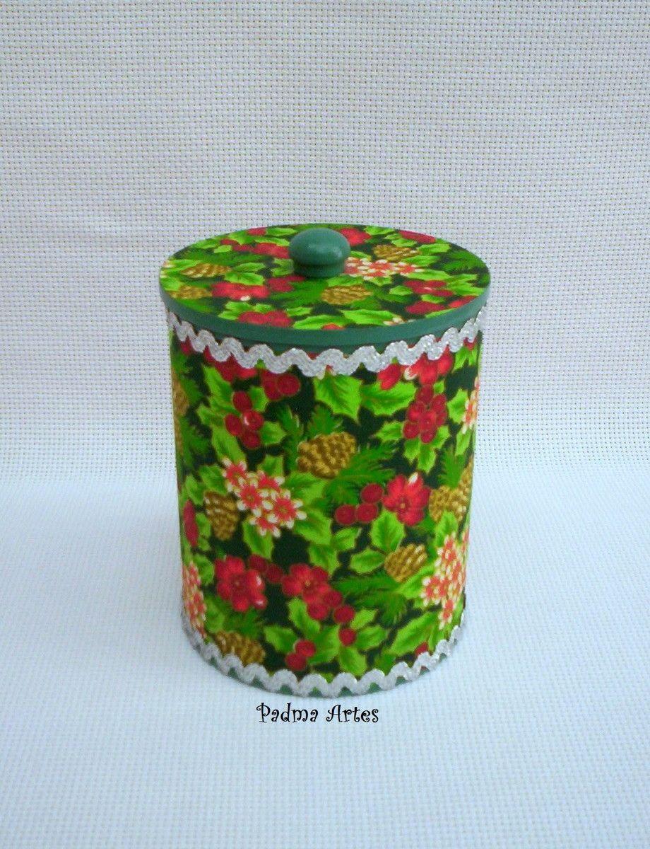 As latas podem ser embalagens ou o próprio presente! <br>Sugestão de presentes: bombons, chocolate, pano de copa, bijuteria, peças pequenas, acessórios <br> <br>Lata reciclada e decorada com decoupage e pintura. <br>A cor da pintura interna é a mesma da tampa de mdf. <br>Acabamento em verniz. <br> <br>Tire suas dúvidas clicando em POLÍTICAS DA LOJA