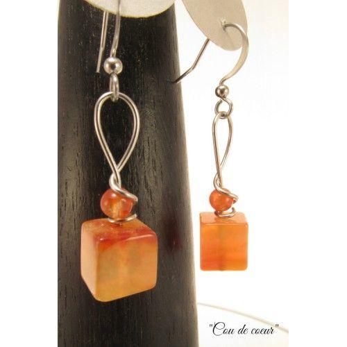 Mignonnes boucles d'oreilles cubiques en cornaline orange, surmontées d'une petite bille de cornaline et d'un dessin de fil d'acier inoxydable. Bijoux cou de cœur artisanaux fabriqué au Québec.