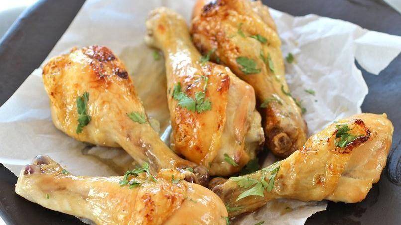 El pollo asado tradicional es uno de mis platos favoritos, siempre me gusta prepararlo en días de fiesta y con frecuencia durante la semana. Por eso me gusta probar recetas diferentes de pollo, como este pollo asado con cerveza y miel. Me gusta marinar el pollo toda la noche porque el resultado es fantástico, con una carne suculenta y tierna. Yo prefiero hacer esta receta con piernas de pollo, pero ustedes pueden usar las partes del pollo que más les gusten o un pollo entero.
