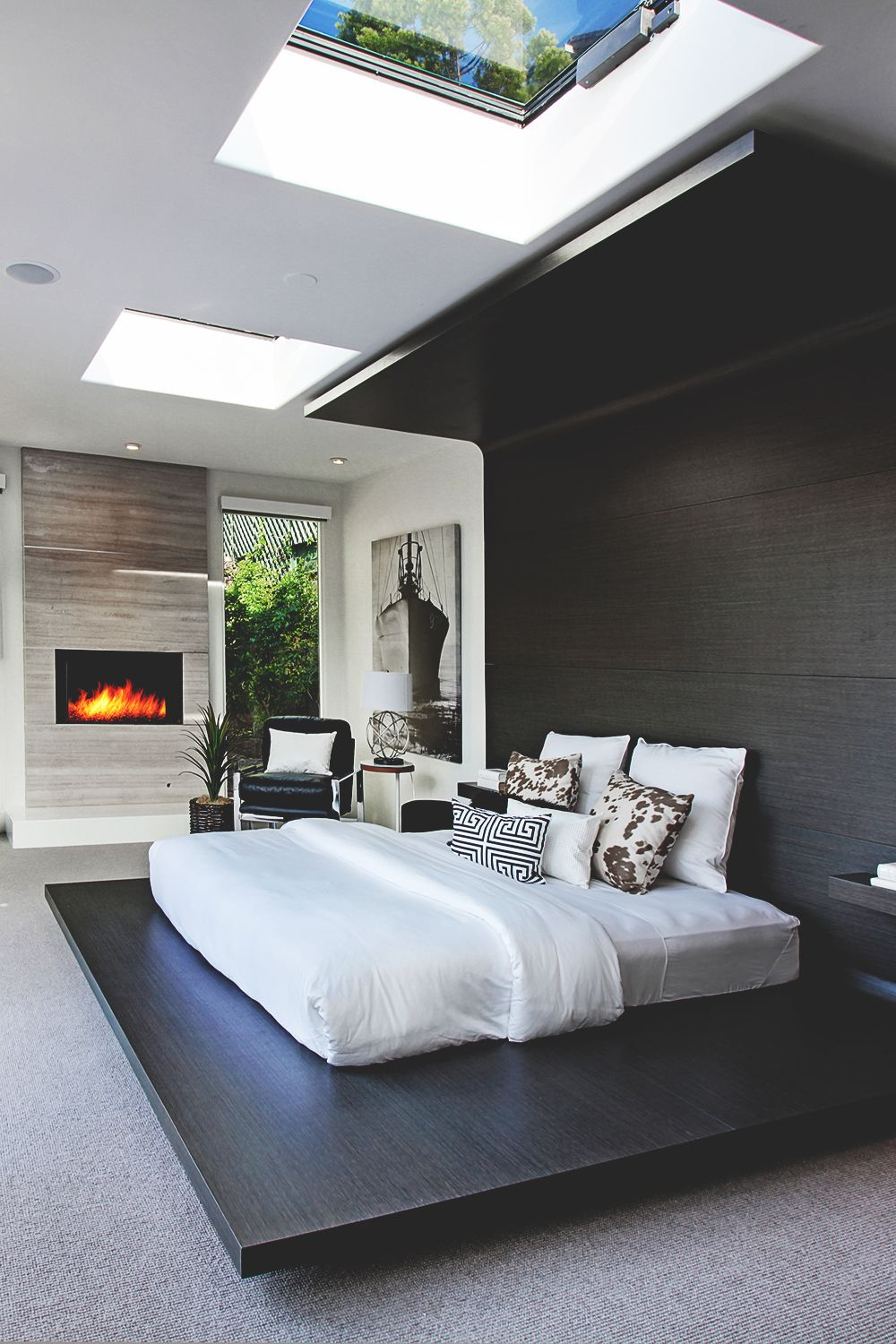 Awesome giant skylights in the bedroom - Inspiring Examples Of Minimal  Interior Design 5 - UltraLinx