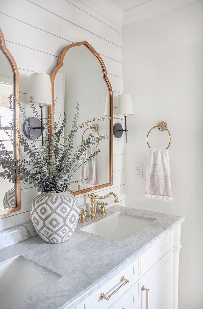 Look How Beautiful This Neutral Bathroom Is The Gold Accents On The Mirrors And Faucets R Banos De Marmol Blanco Diseno De Banos Modernos Diseno De Interiores