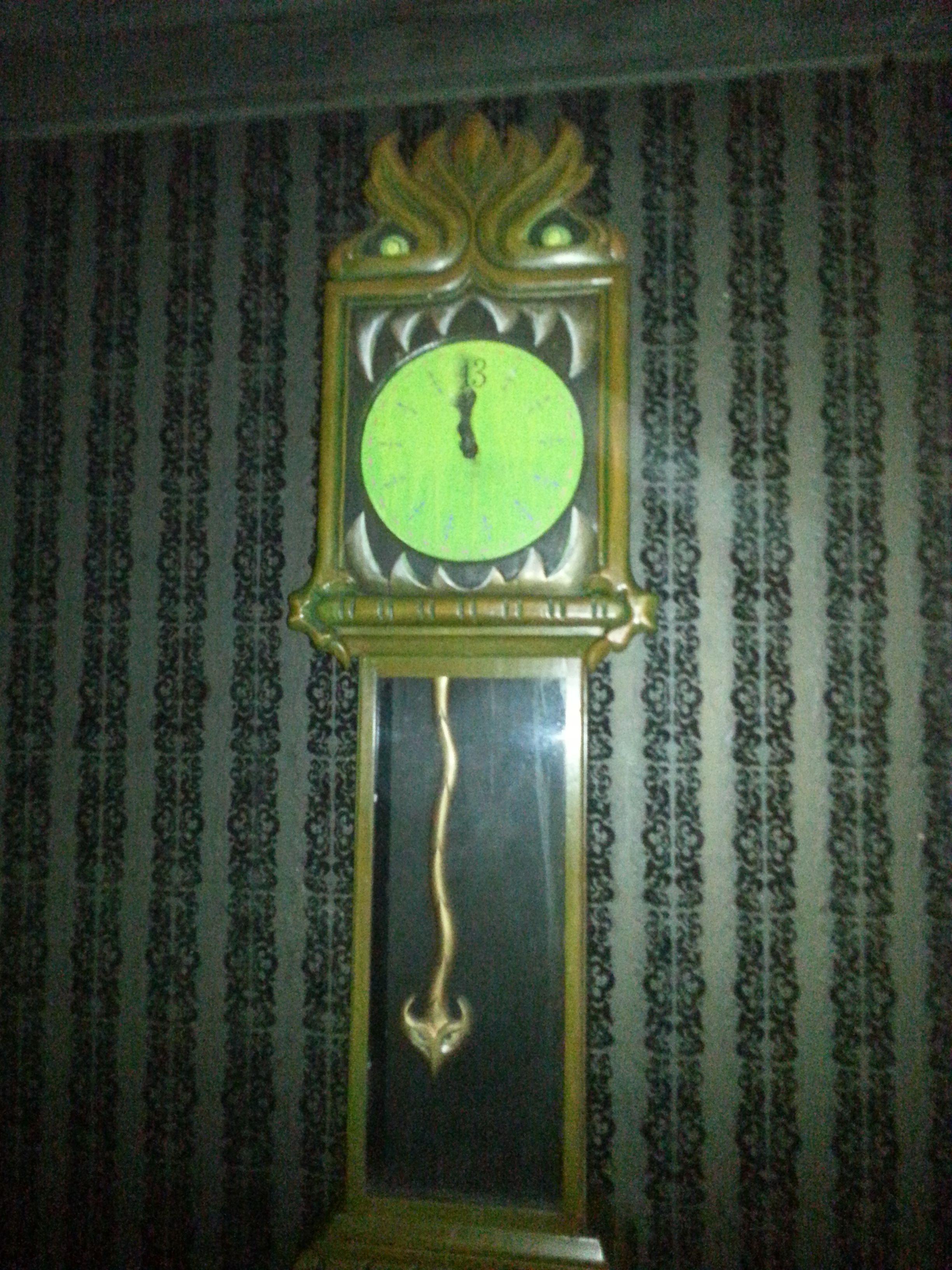13 o'clock inside Gracey Manor, Florida.