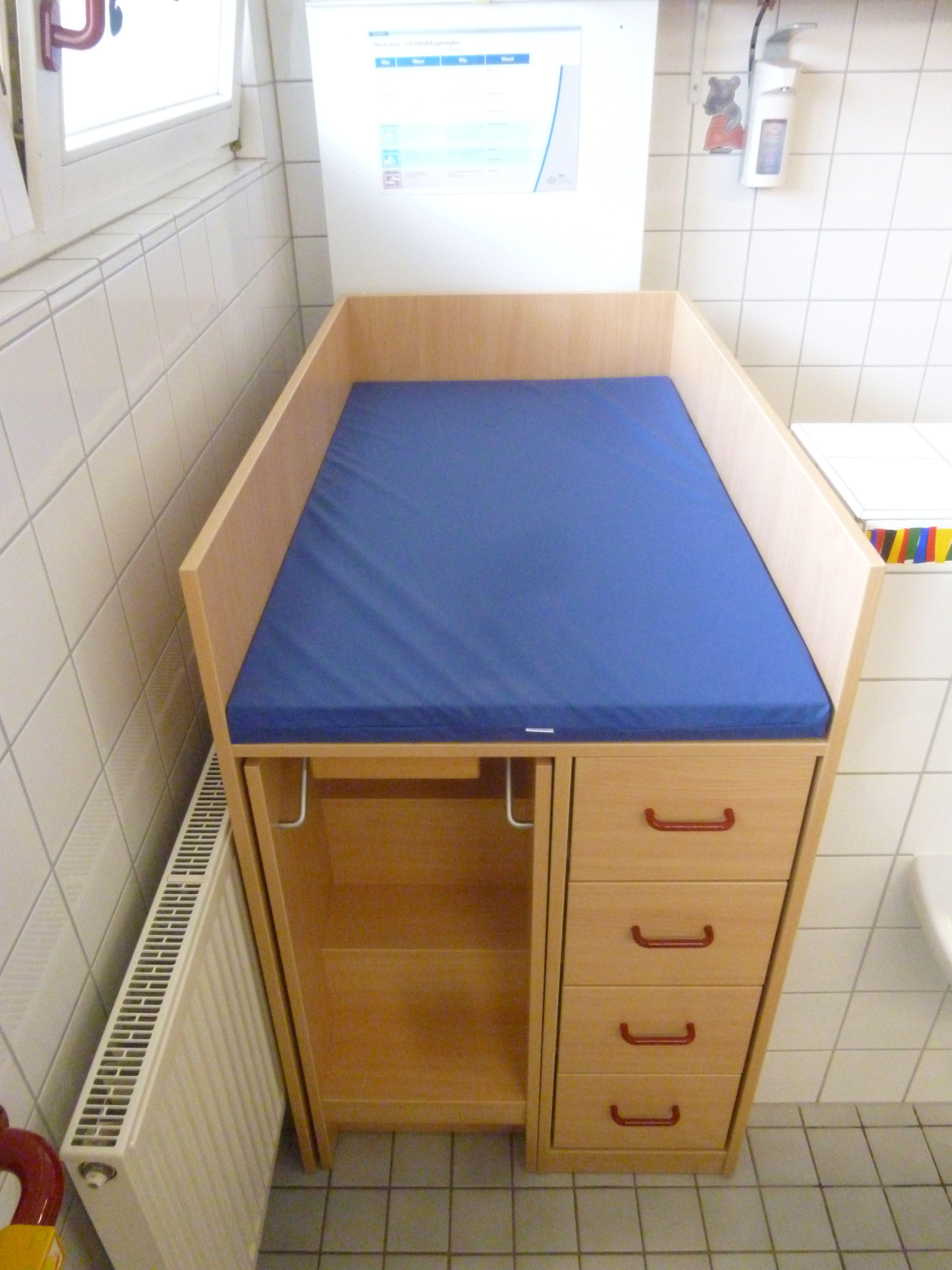 Wickelkommode mit ausziehbarer Treppe für die Kle… | Kindergarten ...
