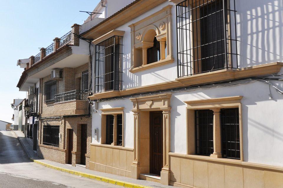 Recercados con molduras de piedra artificial para puertas - Fachadas viviendas unifamiliares ...