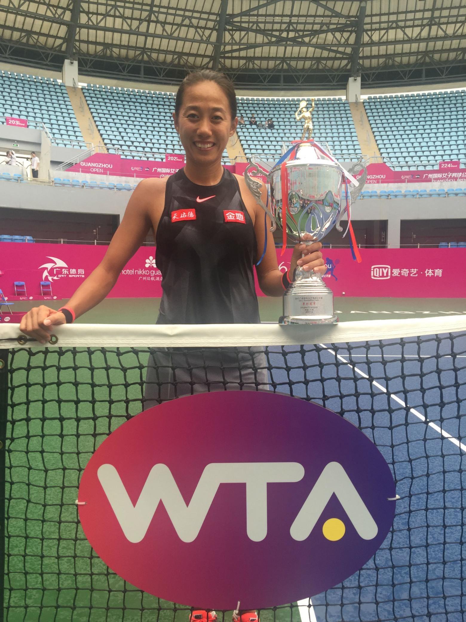 Zhang Shuai With The Guangzhou International Women S Open Trophy Xu Yanyan Guangzhou Crowd Battle